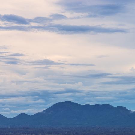montagne Vintage et fond de ciel - effet de filtre cru