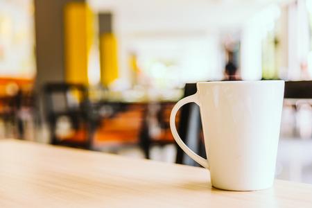 filiżanka kawy: Biały kubek kawy w kawiarni - rocznik filtr