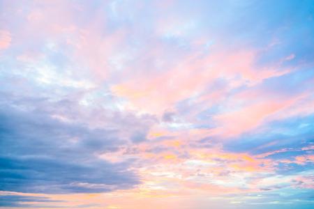 아침에 황혼의 시간에 하늘에 구름