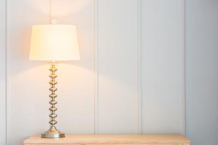 Weinlese-Licht-Lampe auf dem Tisch mit Kopie Raum Standard-Bild - 45127432