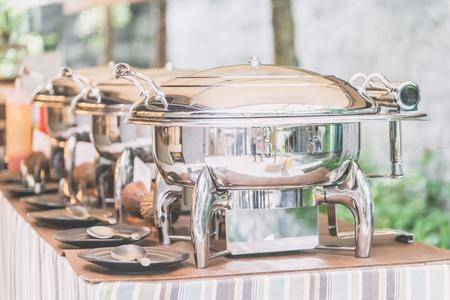 레스토랑에서 외식 뷔페 음식에 선택적 초점 포인트 - 라이트 빈티지 필터 효과 스톡 콘텐츠