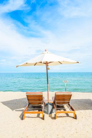 silla: Paraguas y silla en la hermosa playa tropical - fondo de las vacaciones de verano