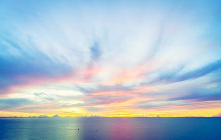 Salida del sol con el mar y el cielo de fondo - efecto de filtro de la vendimia Foto de archivo - 45776899