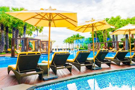 playas tropicales: Hermosa Lujo Piscina con el paraguas y la silla en la estación de hotel