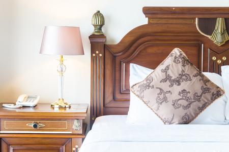 chambre � coucher: Oreiller sur le lit avec la d�coration de la lampe de la lumi�re dans l'int�rieur de la chambre Banque d'images