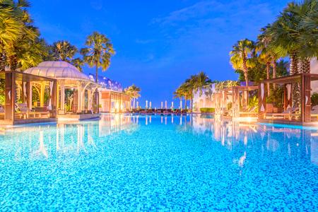 Piscina al aire libre en el centro turístico del hotel por la noche - la velocidad de obturación larga