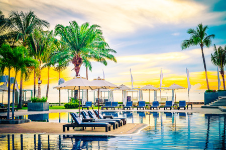 Regenschirm in der Luxushotelpool Resort bei Sonnenaufgang Zeit - Vintage Filterverarbeitung style Abbildungen Lizenzfreie Bilder - 46144816