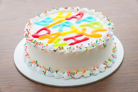 tortas de cumpleaños: Pastel de cumpleaños feliz en el fondo de madera