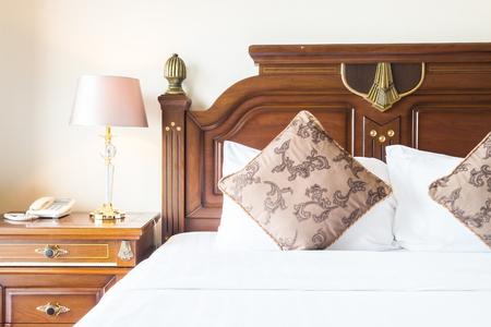#46624756   Kissen Auf Bett Mit Licht Lampe Dekoration Im Schlafzimmer  Interieur