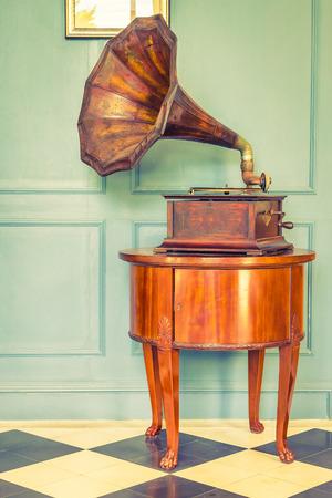 포도 수확: Vintage Gramaphone music box - vintage filter effect 스톡 콘텐츠