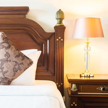 Kissen Auf Dem Bett Mit Licht Lampe Dekoration Im Schlafzimmer Innenraum  Standard Bild   46775822
