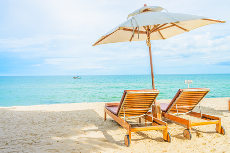 paradise beach: Umbrella and beach chair with beautiful tropical beach - summer vacation background Stock Photo