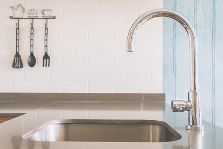 ヴィンテージトーン光フィルターの台所で蛇口シンク 写真素材 - 47090355