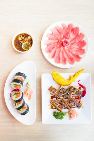 japanese food: Inicio de vista rollo de sushi y maki - Estilo de comida japonesa Foto de archivo