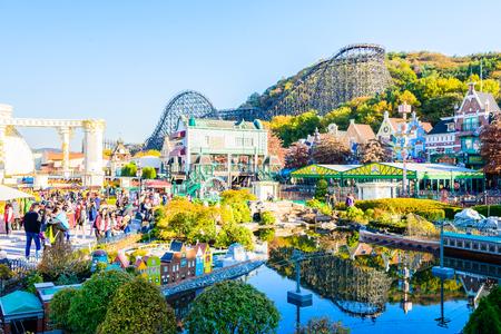 SOUTH KOREA - 3 월 31 일 : 아키텍처 및 미확인 관광객 10 월 31 일 2015 년 에버랜드 리조트, 용인시, 한국에서 걷고있다