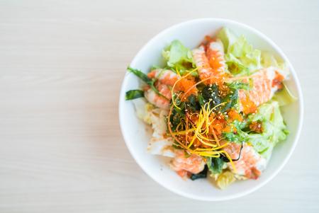 salad in plate: El enfoque suave en la ensalada de camarones comida de estilo japon�s - HDR Combinar 3 Fotos Procesamiento Foto de archivo