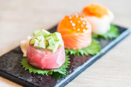 comida japonesa: Punto de enfoque selectivo en rollo de sushi - estilo de comida japonesa