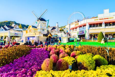 한국 -10 월 31 일 : 아키텍처 및 미확인 된 관광객 2015 년 10 월 31 일에 용인시, 한국,에 버 랜드 리조트에서 걷고있다