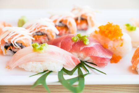 plato de comida: Punto de enfoque selectivo en el sushi - Estilo de comida japonesa y Procesamiento de HDR