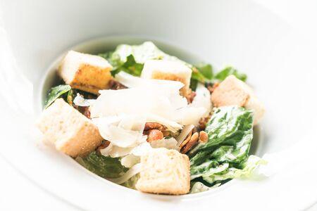ensalada de estilo de comida sana César - punto de enfoque selectivo