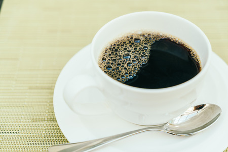 taza cafe: Black coffee in white coffee cup - Vintage filter effect Foto de archivo