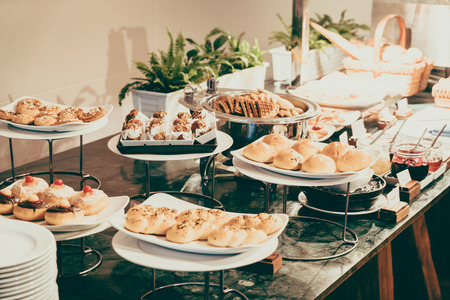 Selective focus point on Catering buffet in hotel restaurant - Vintage filter effect 免版税图像