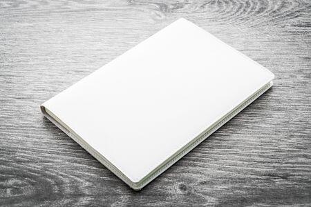 marca libros: Espacio en blanco blanco maqueta libro en el fondo de madera - procesamiento de efectos de filtro