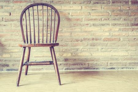 silla de madera: Silla de madera y mesa de decoración interior de la casa - Filtro de la vendimia