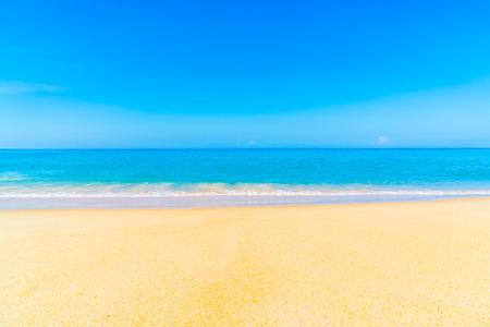 Schöne tropische Landschaft Strand Meer und Sand für Urlaub Standard-Bild