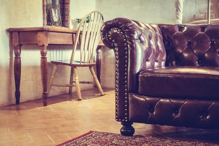 Vintage-Leder-Sofa Dekoration im Wohnzimmer Interieur - Vintage-Filter Standard-Bild