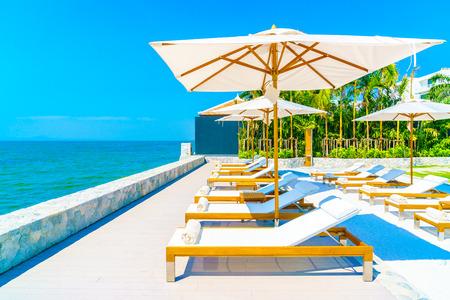 Prachtige luxe zwembad van het hotel resort met paraplu en stoel Stockfoto