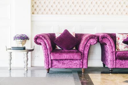 Paarse Decoratie Woonkamer : Prachtige luxe paarse bank met kussen decoratie in de woonkamer