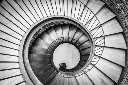 espiral: Espiral círculo decoración escalera interior - Procesamiento con filtro blanco y Negro Foto de archivo
