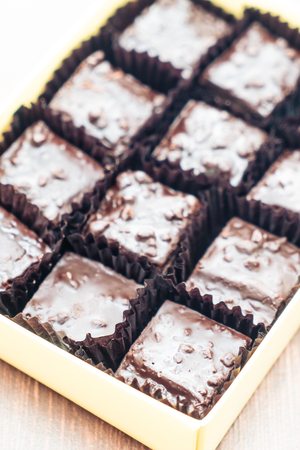 plato del buen comer: Selectiva punto de enfoque en Brownie de chocolate - filtro de la vendimia