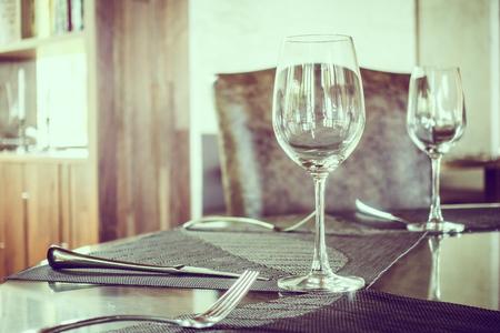 alimentos y bebidas: vaso vacío de vino en la mesa de comedor en el restaurante - Filtro de la vendimia y el punto de enfoque selectivo