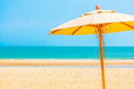 strandstoel: Paraplu op het strand met prachtige tropische zee landschap achtergrond - Boost up kleurverwerking Stockfoto