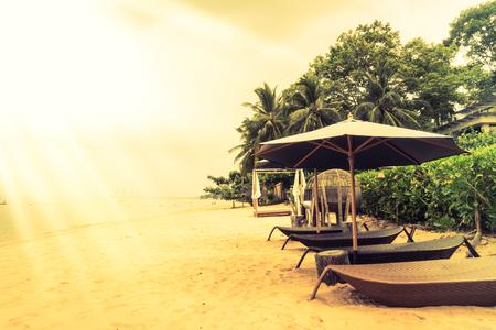 Schöne Vintage-Strand und Meer mit Deck, Stuhl und Regenschirm - Vintage-Filter und Sunflare Wirkung Standard-Bild - 53024448