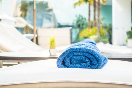 toalla: Hermosa piscina de lujo en el complejo de hotel con piscina toalla - punto de enfoque selectivo Foto de archivo