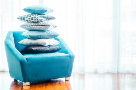 almohada de lujo hermosa en el sofá de la decoración de la sala de estar para el fondo inter - Filtro de la vendimia