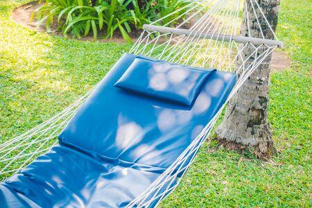 hamaca: Hamaca vacía en el jardín - filtro de luz de la vendimia