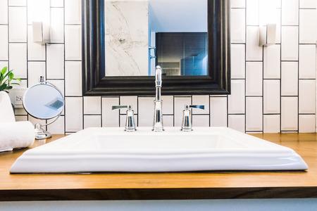 Belle décoration évier blanc de luxe dans l'intérieur de la salle de bain - Vintage Light Filter