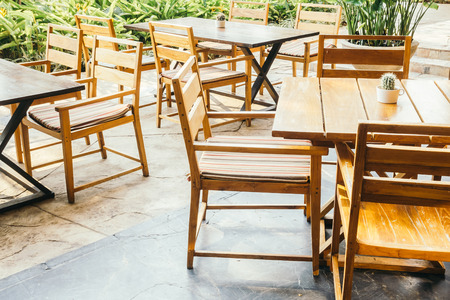 Lege tafel en stoel decoratie in restaurant interieur vintage