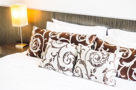 Prachtige luxe comfort van kussen op bed decoratie in de