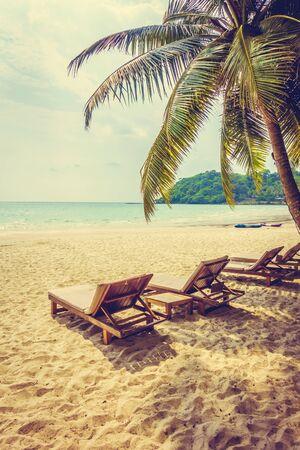 Belle plage tropicale d'océan ou de mer et de sable sur l'île avec du palmier à noix de coco - Vintage Filter