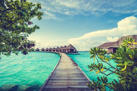 Belle tropical hôtel de villégiature aux Maldives et l'île avec plage et de la mer sur le ciel pour des vacances de vacances, fond, concept -Boost up Traitement de couleur