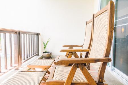 Silla vacía en el balcón y terraza de decoración de interiores - Filtro de la vendimia