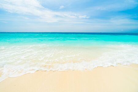 Belle tropical hôtel Maldives de la station et l'île avec plage et de la mer sur le ciel pour le concept des vacances de vacances de fond - Dynamisez Traitement de couleur