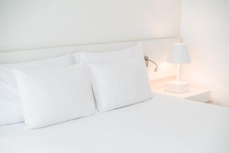 #59394992   Weißes Kissen Auf Bett Mit Tischleuchte Lampe Dekoration Im  Schlafzimmer Interieur