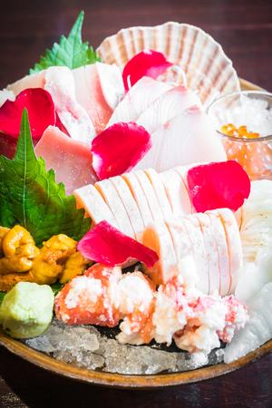 Selektiver Fokus Punkt auf Sashimi Meeresfrüchte Satz, Japanisch und gesunde Ernährung - Dunkelverarbeitung und Vignettierungseffekt