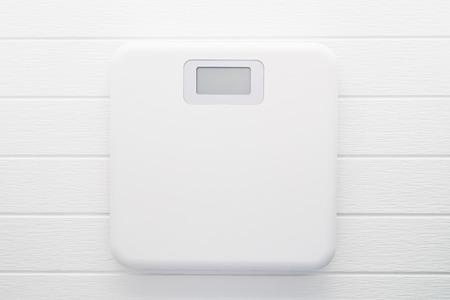 Sclae peso digitale isolato su sfondo bianco di legno Archivio Fotografico - 65468145